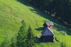 Ajardine na floresta com pouco cabine 4 do log Foto de Stock Royalty Free