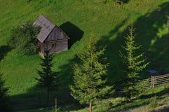 Ajardine na floresta com pouco cabine 7 do log Imagens de Stock Royalty Free