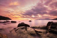 Ajardine na ilha, oceano longo colorido da exposição, foco macio do tom do vintage, no por do sol com o céu surpreendente na ilha Fotos de Stock Royalty Free