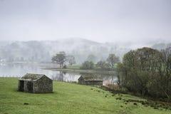 Ajardine na manhã enevoada dos campos em torno do lago Windermere em L Fotos de Stock