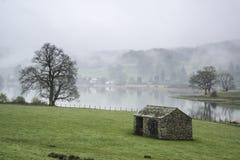 Ajardine na manhã enevoada dos campos em torno do lago Windermere em L Foto de Stock Royalty Free