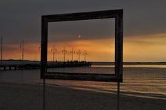 Ajardine na moldura para retrato da praia no por do sol Imagem de Stock Royalty Free