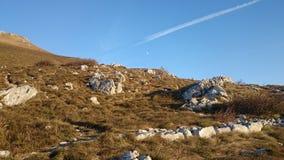 Ajardine na montanha Nanos, Eslovênia com a lua visível Fotografia de Stock Royalty Free
