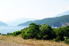 Ajardine na península de Lustica em um dia de verão quente claro Imagem de Stock