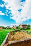 Ajardine na vila com as cabanas no fundo com um wago Foto de Stock Royalty Free