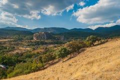 Ajardine na vila de Krasnokamenka, vale de Gurzufskaya, península crimeana Imagens de Stock Royalty Free