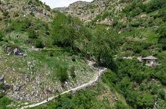 Ajardine na vila de Syrrako, Epirus, Grécia Imagens de Stock Royalty Free
