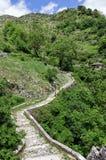 Ajardine na vila de Syrrako, Epirus, Grécia Foto de Stock
