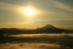 Ajardine nas montanhas com o por do sol em Phu-Thok, Loei, Th Imagens de Stock Royalty Free