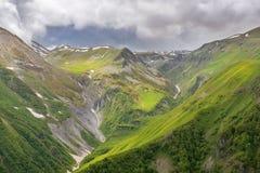 Ajardine nas montanhas de Cáucaso, região de Kazbegi, Geórgia Fotos de Stock Royalty Free