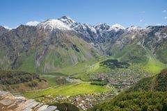 Ajardine nas montanhas de Cáucaso, região de Kazbegi, Geórgia Imagem de Stock