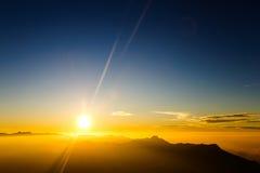 Ajardine, nascer do sol no pico do ` s de Adam da montanha Sri Lanka Fotografia de Stock Royalty Free