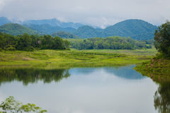 Ajardine Natrue e uma névoa da água na represa de Kaeng Krachan Foto de Stock