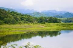 Ajardine Natrue e uma névoa da água na represa de Kaeng Krachan Imagem de Stock Royalty Free