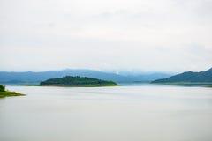 Ajardine Natrue e uma névoa da água na represa de Kaeng Krachan Fotografia de Stock Royalty Free