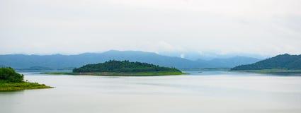 Ajardine Natrue e uma névoa da água na represa de Kaeng Krachan Foto de Stock Royalty Free