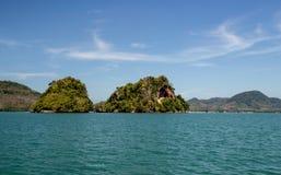 Ajardine a natureza com montanha da árvore e o oceano para o fundo Foto de Stock Royalty Free