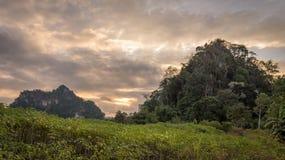 Ajardine a natureza da montanha e do céu com as nuvens no nascer do sol Imagens de Stock
