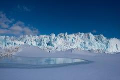 Ajardine a natureza da montanha da geleira do dia polar da luz do sol do inverno ártico de Spitsbergen Longyearbyen Svalbard imagem de stock royalty free