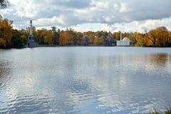 Ajardine a negligência de uma lagoa grande no parque de Cather Imagem de Stock