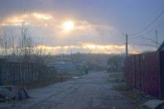 Ajardine neve dos raios do sol do parque do outono na primeira Fotos de Stock Royalty Free