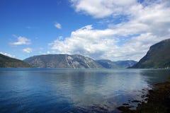 Ajardine no fiorde em Noruega do litoral, a montanha no outro lado, água clara azul Foto de Stock Royalty Free