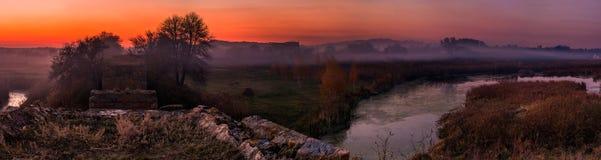 Ajardine no outono no rio, fundo natural Fotos de Stock