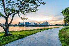Ajardine no parque da cidade com o lago no fundo do por do sol Fotografia de Stock Royalty Free