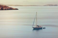 Ajardine no por do sol com um barco ancorado em Cala Salada, Ibiza, Imagem de Stock