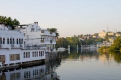 Ajardine no por do sol na Índia a cidade de Udaipur a cidade no lago Pechola, Imagem de Stock Royalty Free