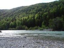 Ajardine no rio Isar perto da mancha do vale, Baviera Imagens de Stock