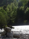 Ajardine no rio Isar perto da mancha do vale, Baviera Imagem de Stock