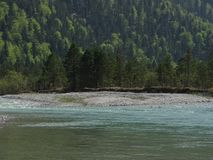 Ajardine no rio Isar perto da mancha do vale, Baviera Fotografia de Stock Royalty Free
