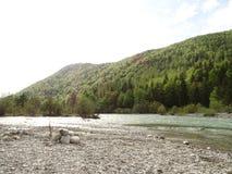 Ajardine no rio Isar perto da mancha do vale, Baviera Foto de Stock