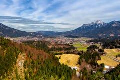 Ajardine nos cumes com os pastos verdes frescos da montanha e em partes superiores neve-tampadas da montanha no fundo Tirol, Áust Imagem de Stock Royalty Free