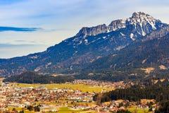 Ajardine nos cumes com os pastos verdes frescos da montanha e em partes superiores neve-tampadas da montanha no fundo Tirol, Áust Fotos de Stock Royalty Free
