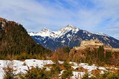 Ajardine nos cumes com os pastos verdes frescos da montanha e em partes superiores neve-tampadas da montanha no fundo Tirol, Áust Foto de Stock Royalty Free