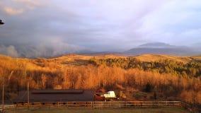 Ajardine nos montes em um nascer do sol ensolarado Foto de Stock Royalty Free