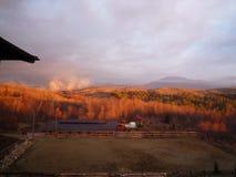 Ajardine nos montes em um nascer do sol ensolarado Imagens de Stock