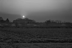 Ajardine, o alvorecer ensolarado em um campo, por do sol bonito no outono Foto de Stock