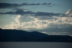 Ajardine o azul dos nuvens do paisagem do mar de março dos montanhas do seascape Foto de Stock Royalty Free