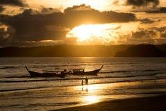 Ajardine o barco da cauda longa na luz da praia e do sol no tempo da noite Imagens de Stock Royalty Free