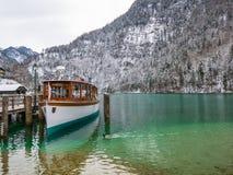 Ajardine o barco de passageiro no Koenigssee, Baviera do moutain do lago do verde azul, Alemanha Foto de Stock Royalty Free