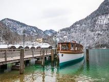Ajardine o barco de passageiro no Koenigssee, Baviera do moutain do lago do verde azul, Alemanha Fotos de Stock Royalty Free