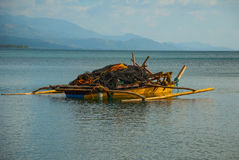 Ajardine o barco no mar com redes de pesca Pandan, Panay, Filipinas Fotos de Stock Royalty Free
