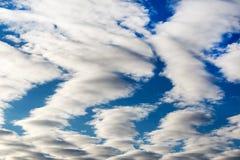 Ajardine o céu azul com nuvem em um dia ensolarado, textura do detalhe do fundo Fotografia de Stock Royalty Free