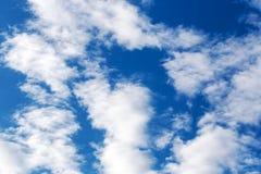 Ajardine o céu azul com nuvem em um dia ensolarado, textura do detalhe do fundo Fotos de Stock Royalty Free