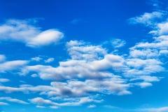 Ajardine o céu azul com nuvem em um dia ensolarado, textura do detalhe do fundo Fotografia de Stock