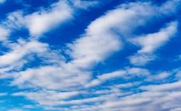 Ajardine o céu azul com nuvem em um dia ensolarado, textura do detalhe do fundo Foto de Stock Royalty Free