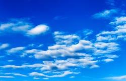 Ajardine o céu azul com nuvens em um dia ensolarado, textura do detalhe do fundo Foto de Stock Royalty Free